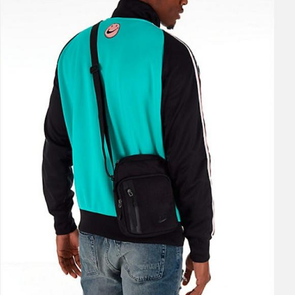 bar autor al exilio  Nike Bags   Nike Core Small Items 3 Crossbody Bag   Poshmark